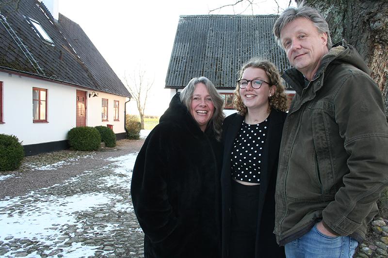 Lina Plantin får Axel Lyons stipendium. Här med sina föräldrar Ingrid och Lars.